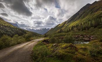 Дорога к озеру в горах Урке Норвегии. / Дорога к озеру через мост