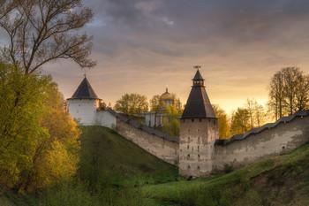 Утро у монастыря / Псково-печерский монастырь