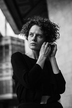 / фото: Марина Щеглова в кадре: Юлия Абдель-Фаттах  #sheglovaphoto #юлияабдельфаттах #фотографмосква #фотограф #актриса #москва #портрет #bnwphoto #чбфото