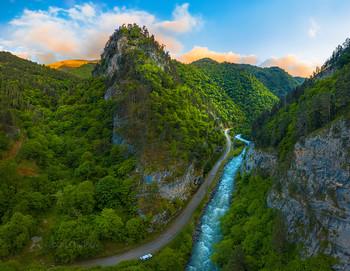 Новый мир / Каждое ущелье на Кавказе, имеет свой уникальный пейзажный мир. Всегда можно найти вид, который не похожий на пейзажи других районов. Но для этого, нужно много ездить, много ходить, летать квадрокоптером, изучать почти каждый километр, чтобы найти особенность данного ущелья.  Карачаево-Черкесия. 2021 год.  Из фотопроекта «Кавказ без границ».