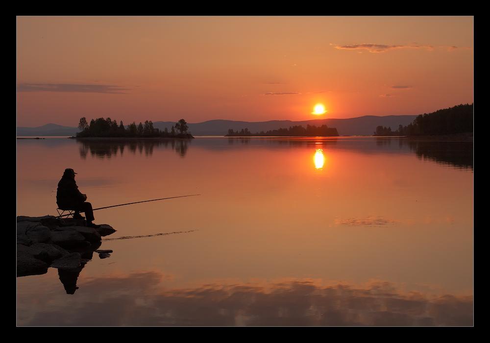Картинка с рыбаком на озере