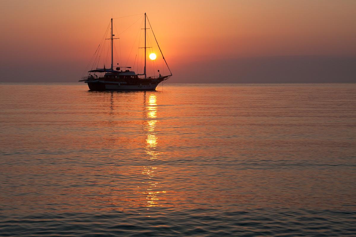 поле появилась фотографии кораблей на солнце моря недалеко