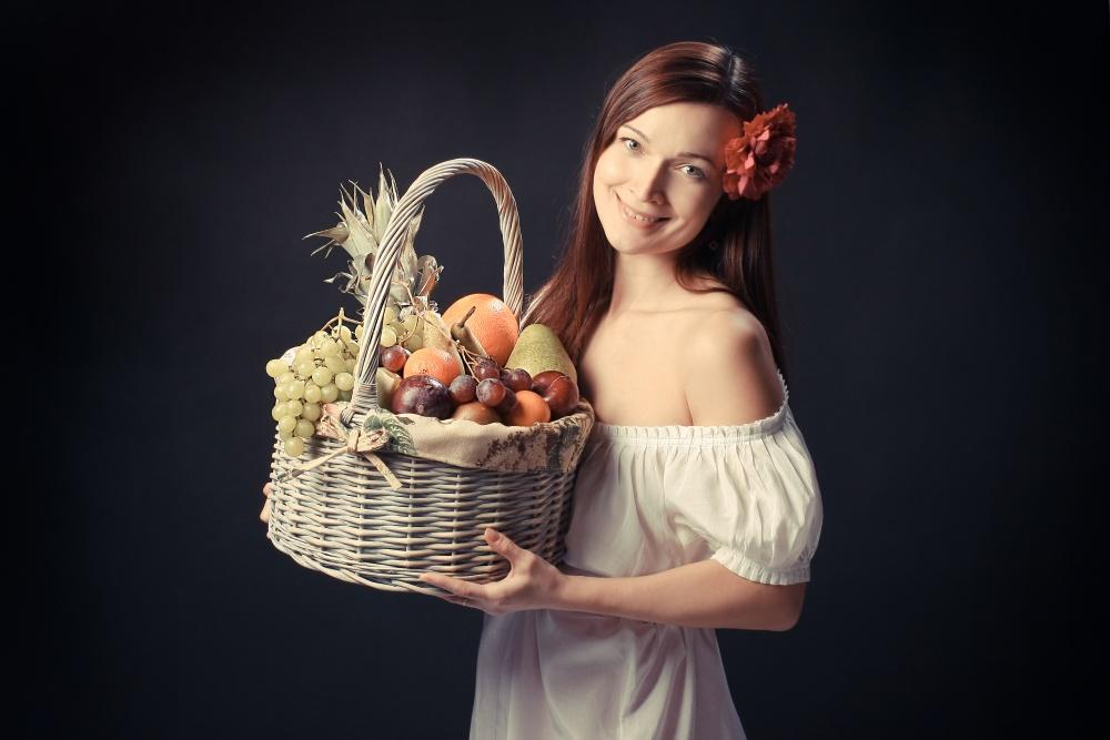 Девушки с фруктами фото