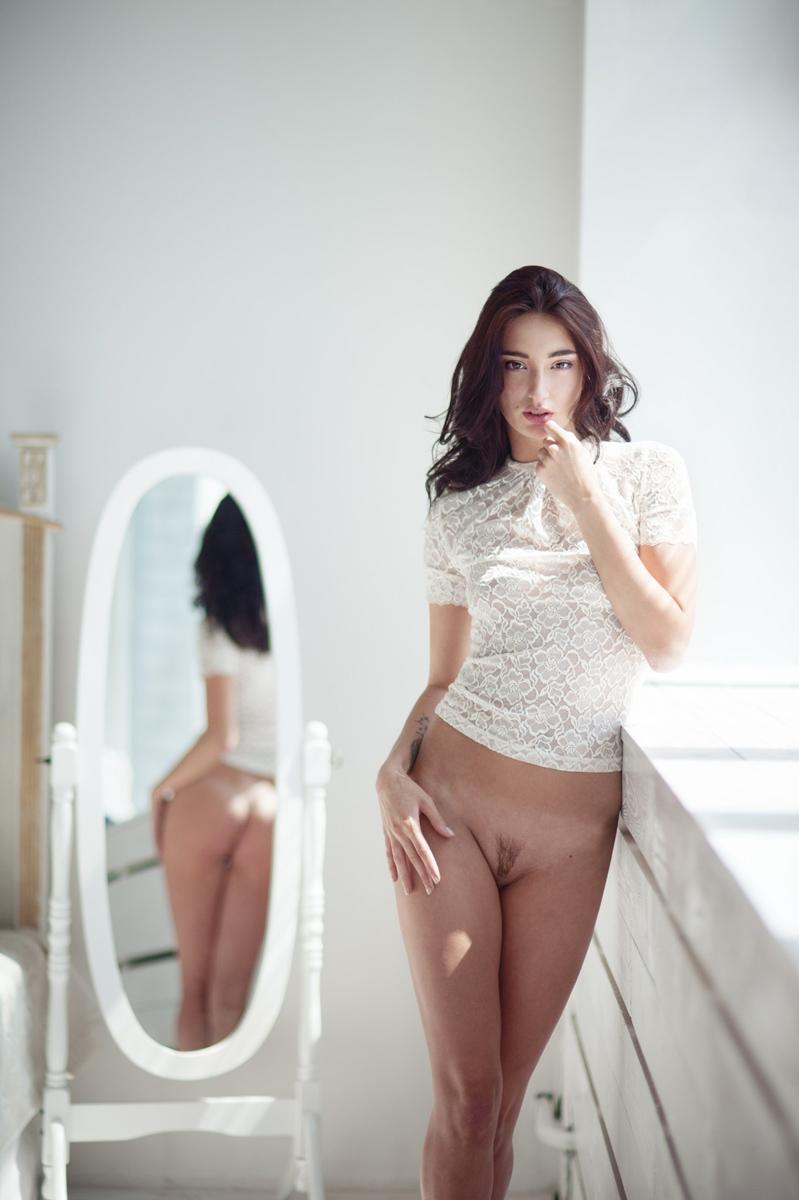 Bottomless erotic babe