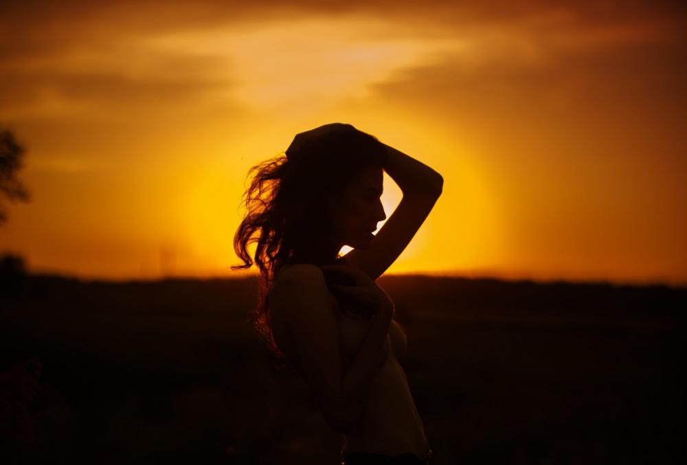 на закате фото девушки чтобы не было видно лица немного
