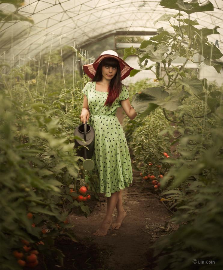 Садовница в теплице