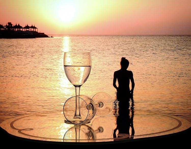 Открытки февраля, картинки девушка с бокалом у моря