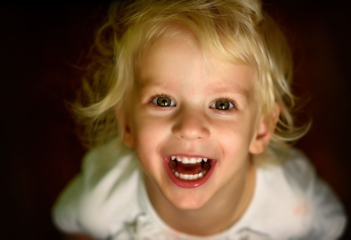 Картинка девочка улыбается мальчику