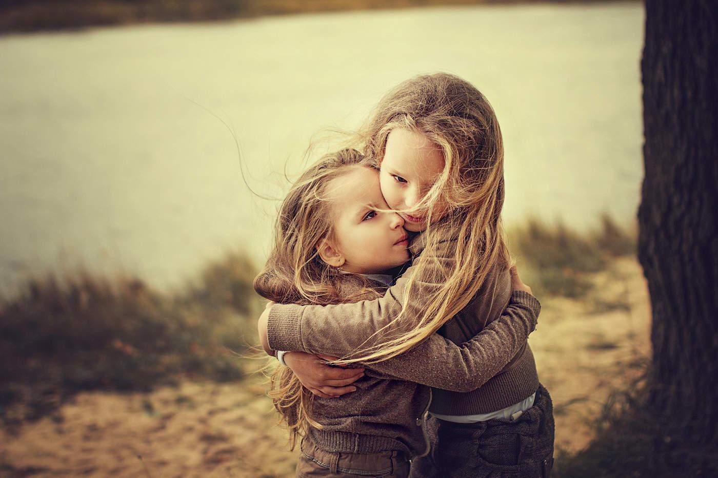 картинка про сестричка отдыхе юля надевает