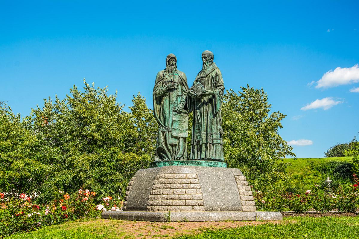 Памятники кириллу и мефодию картинки