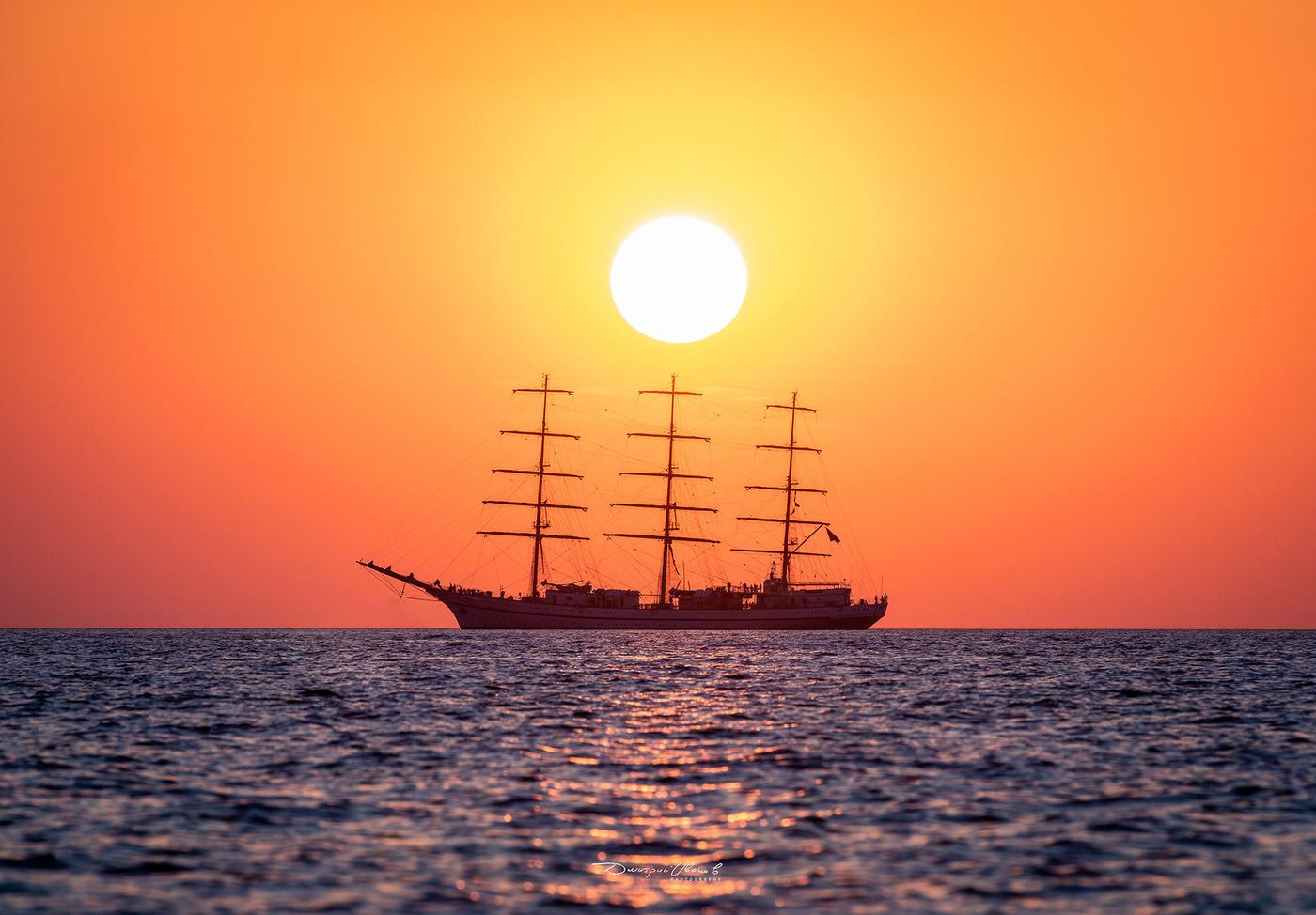 создании картинка корабль уходит в море на закате полностью