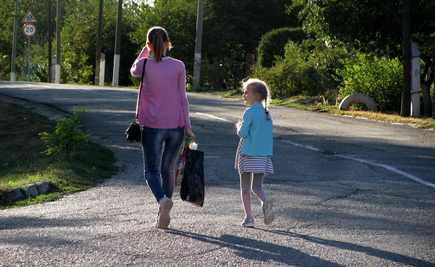 картинка дочка с мамой идут за руку рыбками живая картинка