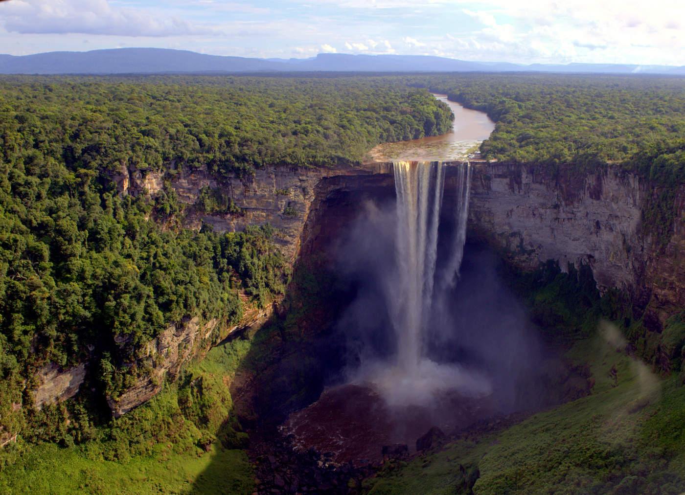 глаз бесценный водопад кайетур фото для смартфона находится берегу моря